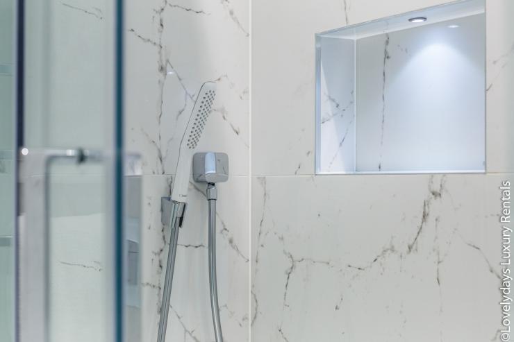 Lovelydays luxury service apartment rental - London - Covent Garden - Cockspur Street - Lovelysuite - 3 bedrooms - 2 bathrooms - Lovely shower - f7b2f7f19022 - Lovelydays