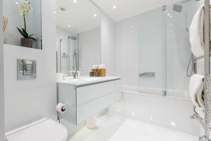 Lovelydays luxury service apartment rental - London - Covent Garden - Cockspur Street - Lovelysuite - 3 bedrooms - 2 bathrooms - Lovely shower - 441a41f33c1c - Lovelydays