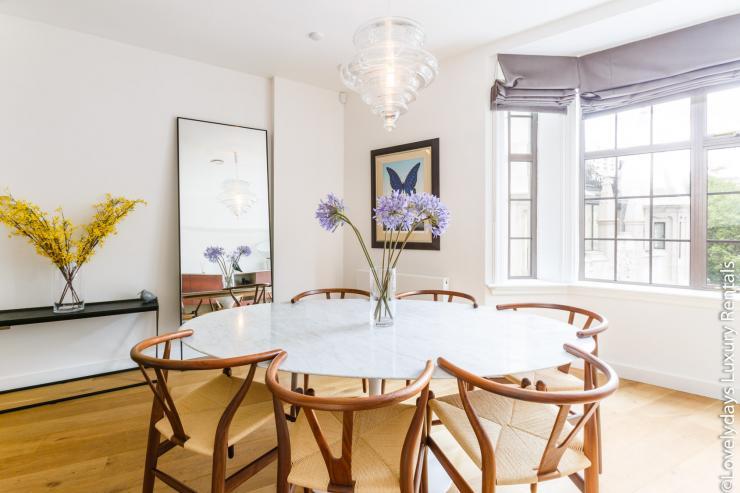 Lovelydays luxury service apartment rental - London - Covent Garden - Cockspur Street - Lovelysuite - 3 bedrooms - 2 bathrooms - Dining living room - 1bdbabb897b5 - Lovelydays