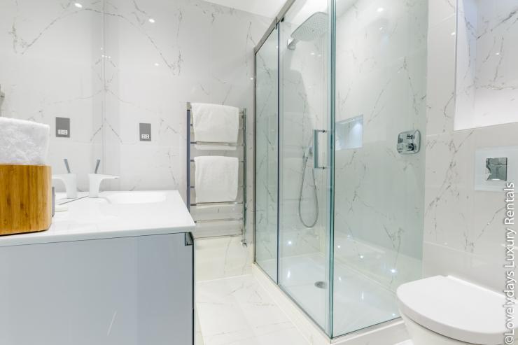 Lovelydays luxury service apartment rental - London - Covent Garden - Cockspur Street - Lovelysuite - 3 bedrooms - 2 bathrooms - Lovely shower - 486fc32a703e - Lovelydays