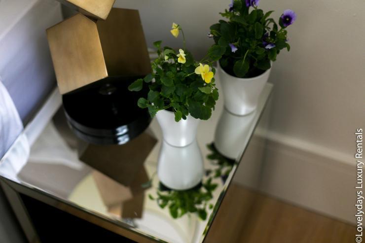 Lovelydays luxury service apartment rental - London - Soho - D'Arblay Street - Lovelysuite - 1 bedrooms - 1 bathrooms - Professional kitchen - flowers - 19a3d7e7f181 - Lovelydays