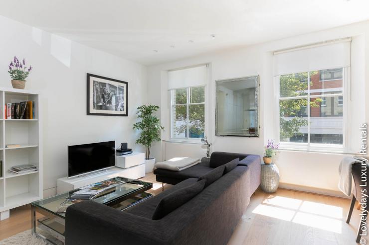 Lovelydays luxury service apartment rental - London - Fitzrovia - Foley Street - Lovelysuite - 2 bedrooms - 2 bathrooms - Luxury living room - Comfortable sofa - TV system - 900b8e3ddecb - Lovelydays