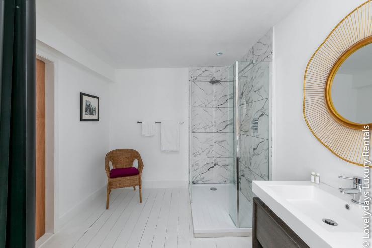 Lovelydays luxury service apartment rental - London - Fitzrovia - Goodge 55 - Lovelysuite - 2 bedrooms - 3 bathrooms - Lovely shower - 1f04ab688302 - Lovelydays