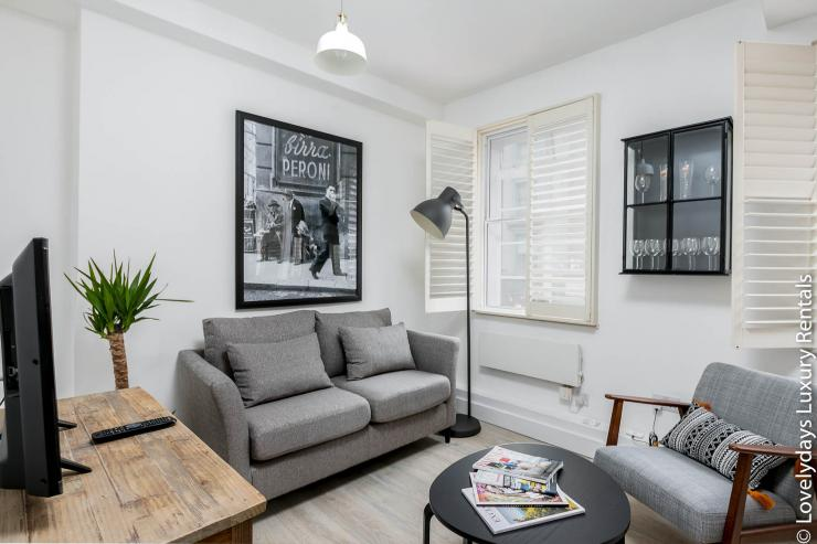 Lovelydays luxury service apartment rental - London - Fitzrovia - Goodge 55 - Lovelysuite - 2 bedrooms - 3 bathrooms - Comfortable sofa - 9300826dcaf6 - Lovelydays