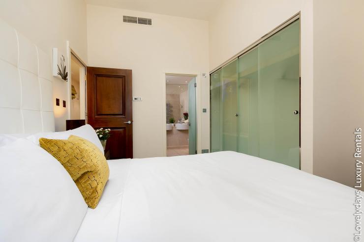 Lovelydays luxury service apartment rental - London - Knightsbridge - Hans Crescent - Partner - 2 bedrooms - 2 bathrooms - King bed - 02af64269f1b - Lovelydays