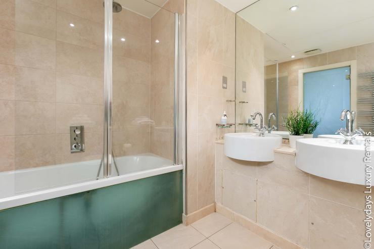 Lovelydays luxury service apartment rental - London - Knightsbridge - Hans Crescent - Partner - 2 bedrooms - 2 bathrooms - Beautiful bathtub - 54d601964eb5 - Lovelydays