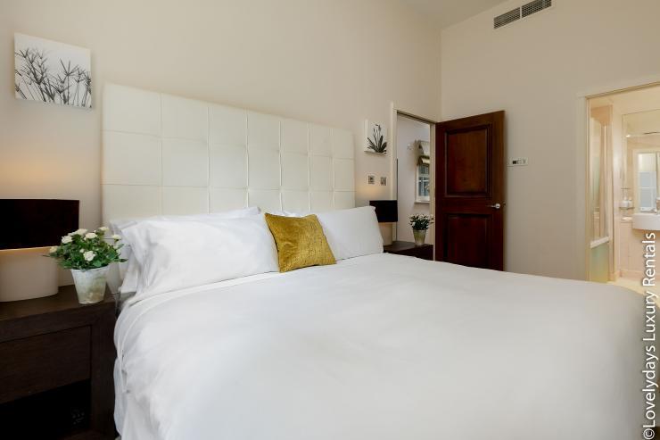 Lovelydays luxury service apartment rental - London - Knightsbridge - Hans Crescent - Partner - 2 bedrooms - 2 bathrooms - King bed - 3cabaede434e - Lovelydays