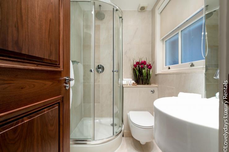 Lovelydays luxury service apartment rental - London - Knightsbridge - Hans Crescent - Partner - 2 bedrooms - 2 bathrooms - Lovely shower - c8248a2271f8 - Lovelydays