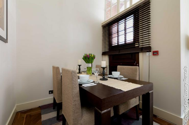 Lovelydays luxury service apartment rental - London - Knightsbridge - Hans Crescent - Partner - 2 bedrooms - 2 bathrooms - Dining living room - 1faabc19ad90 - Lovelydays