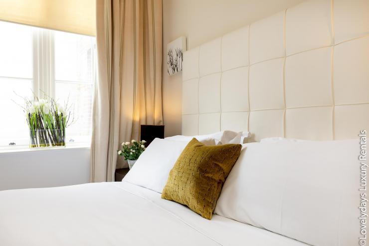Lovelydays luxury service apartment rental - London - Knightsbridge - Hans Crescent - Partner - 2 bedrooms - 2 bathrooms - King bed - b193f7c4fc0c - Lovelydays