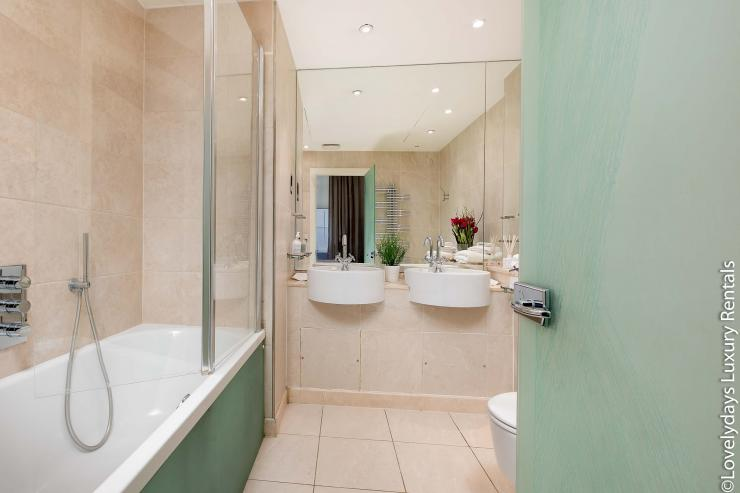Lovelydays luxury service apartment rental - London - Knightsbridge - Hans Crescent - Partner - 2 bedrooms - 2 bathrooms - Beautiful bathtub - 8f86a8986ec9 - Lovelydays