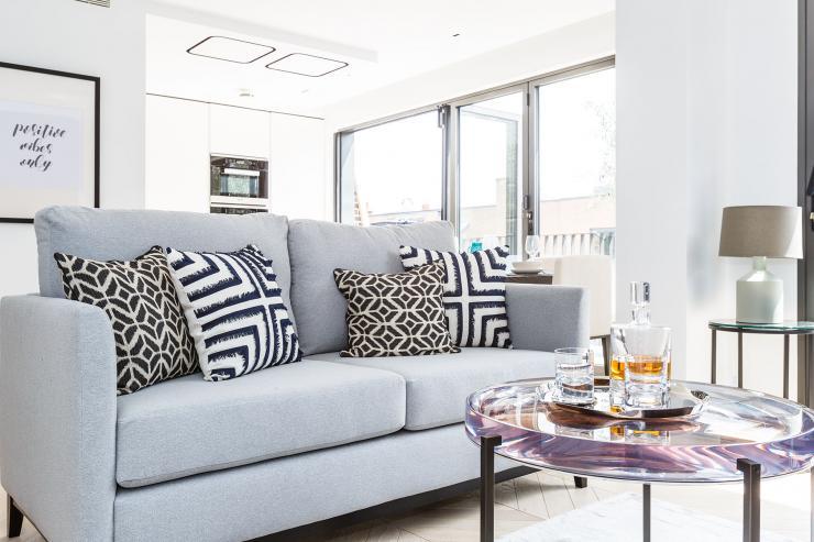 Lovelydays luxury service apartment rental - London - Fitzrovia - Newman Street IV - Lovelysuite - 2 bedrooms - 2 bathrooms - Comfortable sofa - rent luxury apartment london - 1a276e21e46e - Lovelydays