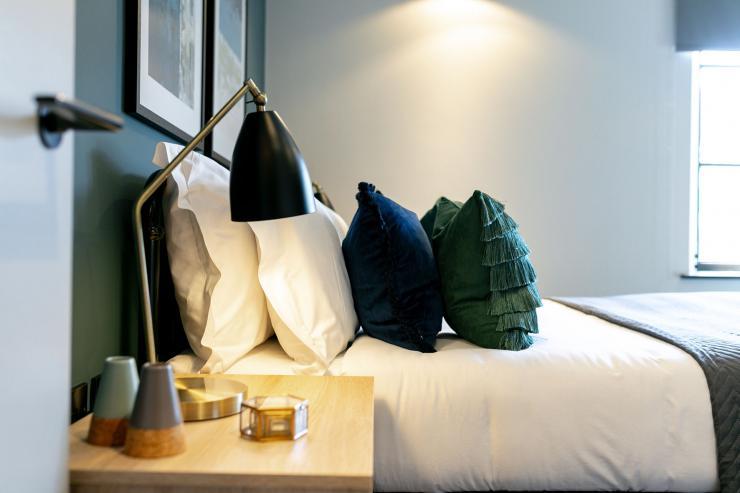Lovelydays luxury service apartment rental - London - Soho - Noel Street VI - Lovelysuite - 2 bedrooms - 2 bathrooms - Reading lamps - luxury apartment in london - e366a72cf76e - Lovelydays