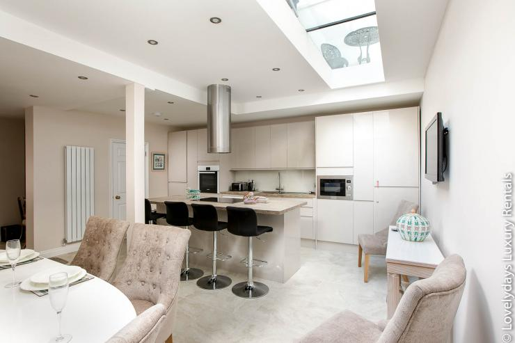 https://lovelydays.com/images/properties/img/Pembridge Mews/Pembridge Mews - c31252ccb33b.jpg