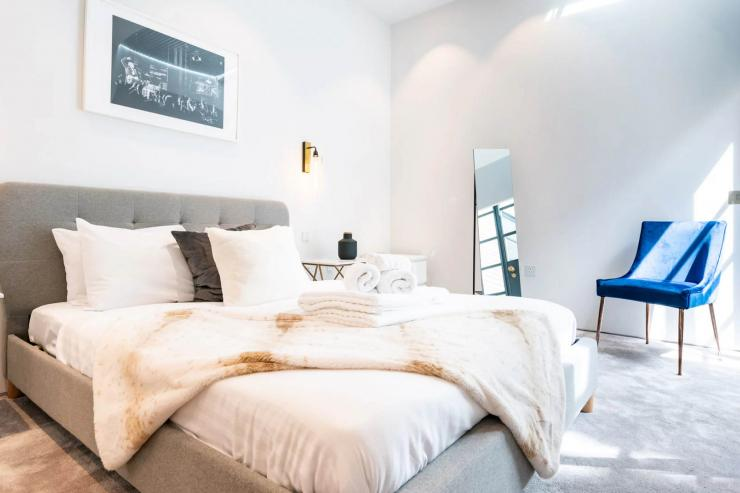 Lovelydays luxury service apartment rental - London - Soho - Royalty Mews III - Partner - 2 bedrooms - 2 bathrooms - Queen bed - 15f7995bbc55 - Lovelydays
