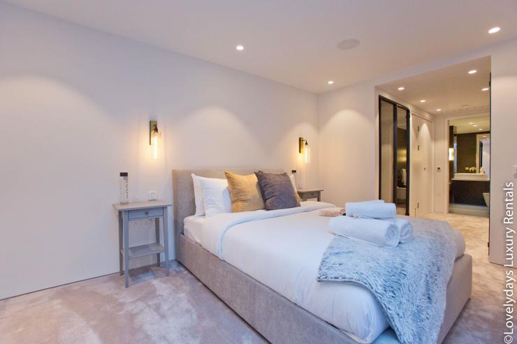 Lovelydays luxury service apartment rental - London - Soho - Royalty Mews IV - Partner - 2 bedrooms - 2 bathrooms - Double bed - 2ef2f581c813 - Lovelydays