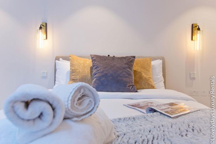 Lovelydays luxury service apartment rental - London - Soho - Royalty Mews IV - Partner - 2 bedrooms - 2 bathrooms - Double bed - 3e0e854a85eb - Lovelydays