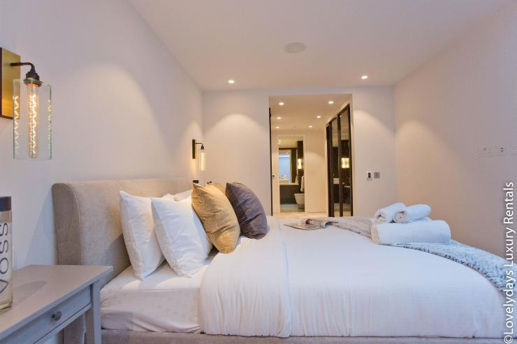 Lovelydays luxury service apartment rental - London - Soho - Royalty Mews IV - Partner - 2 bedrooms - 2 bathrooms - Double bed - 55a27cddda2b - Lovelydays