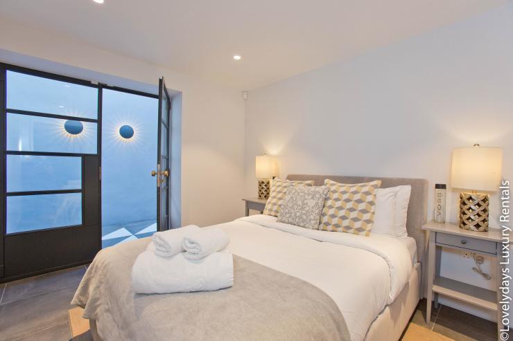 Lovelydays luxury service apartment rental - London - Soho - Royalty Mews IV - Partner - 2 bedrooms - 2 bathrooms - Queen bed - 89d46ef54496 - Lovelydays